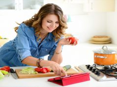 vrouw wil cholesterol verlagen door voeding
